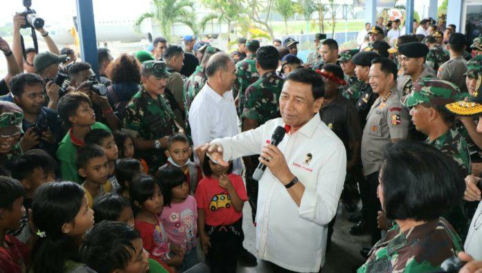 Menkopolhukam Jendral TNI (Purn) Dr Wiranto, didamping Panglima TNI Marsekal TNI Hadi Tjahjanto dan Kapolri Jenderal Polisi Tito Karnavian saat melepas 106 pengungsi yang kembali ke Wamena, Rabu (09/10/19).