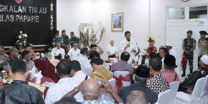 Menkopolhukam RI, Jenderal TNI (purn) Dr. Wiranto, saat menyampaikan pesan-pesannya pada pertemuan dengan tokoh agama dan tokoh masyarakat di VIP Room Bhuma Yakhu Base OPS Lanud Silas Papare, Rabu (9/10/19).