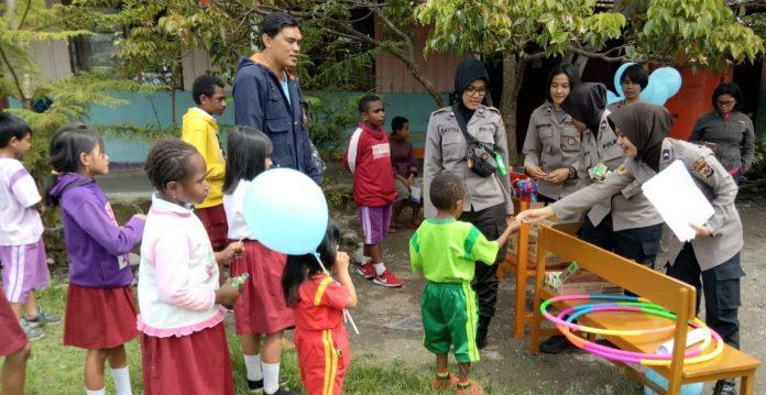 Tim dari Polda Papua yang dipimpin Kanit 1 Subdit 4 Ditreskrimum Polda Papua AKP Mince Mayor saat memberi trauma healing dii SD Harapan Baliem 1 Jalan JB Wenas Wamena, Rabu (9/10/19).