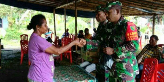 Babinsa Koramil 1709-02/Yaptim saat menyerahkan bantuan sembako kepada warganya yang sedang berduka di Kampung Mereruni, Distrik Yapen Timur, Kabupaten Kepulauan Yapen, Kamis (10/10/2019).