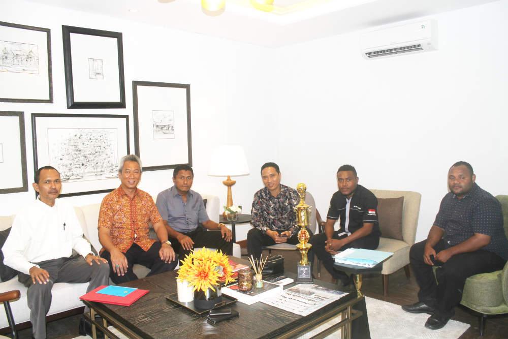 Caption : Foto bersama Owner PT. BPR SUNNI dan Direktur Utama, Komisaris utama dan Pegawai BPR SUNNI di Hotel Suni Garden Lake, Sentani-Kabupaten Jayapura