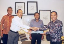 Caption : Direktur Utama PT. BPR SUNNI Jayapura, Patrisius Randa, SH.MH, menyerahkan tugas dan jabatan sebelumnya kepada Abdul Haris Basri disaksikan langsung oleh Owner PT BPR SUNNI, di Hotel Suni Garden Lake, Sentani-Kabupaten Jayapura, Rabu (02/10/2019) siang.