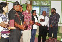Caption : Para Koordinator Devisi dan Staf KPA Provinsi Papua, saat menerima Purtier Placenta dari Ketua Harian KPA, Yan Matuan untuk siap turun ke tujuh wilayah adat.
