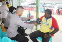Caption : Salah salah petugas kesehatan Bid Dokkes Polda Papua, saat menggelar pengobatan di Pantai Kalhote, Sentani Kabupaten Jayapura