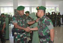 Caption : Pangdam XVII/Cenderawasih Mayjen TNI Herman Asaribab, saat bersalaman dengan salah satu anggota TNI usai kenaikan pangkat di Aula Tonny A Rompis, Makodam XVII/Cenderawasih, Senin (01/10/2019)