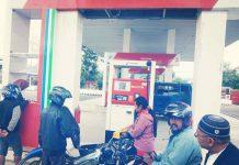 Caption : Salah Satu petugas pertamina saat mengisi bensin di seped amotor pelanggan