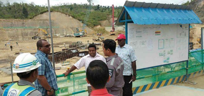 Caption : Ketua dan Anggota Komisi V DPR Papua, saat meninjau lokasi pembangunan Venue Volly di Kabupaten Keerom.