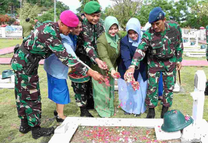 Caption : Komandan Lanud Silas Papare Jayapura, Marsma TNI Ir. Tri Bowo Budi Santoso saat memimpin Upacara Ziarah Nasional dalam rangka HUT Ke-74 TNI tahun 2019, di Taman Makam Pahlawan Kusuma Waena, Jumat (4/10) pagi.
