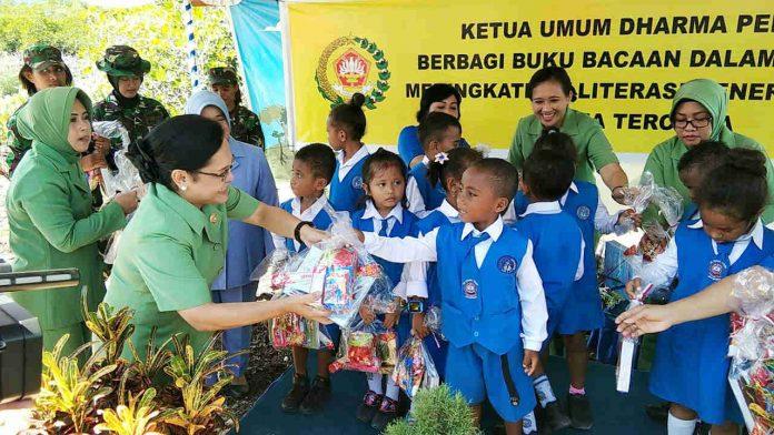 Caption : Ketua Dharma Pertiwi Daerah H Ny. Mudi Herman Asaribab, saat membagikan buku dan bingkisan bagi anak-anak TK Hang Tuah Hamadi, Senin (07/10/2019).