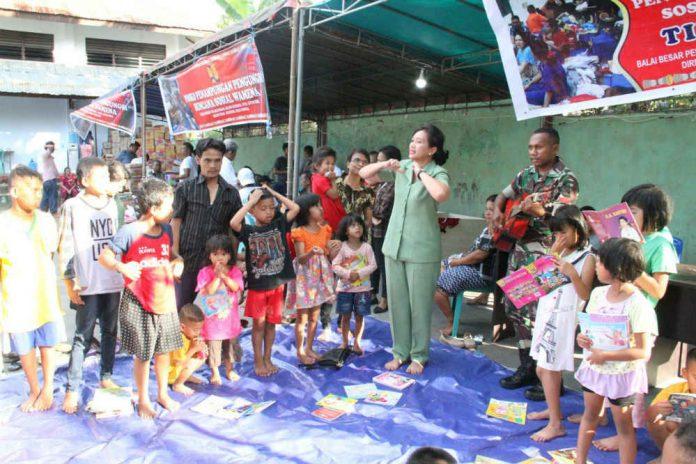 Caption : Ketua Persit Koorcabrem 172 Ny. Dewi Binsar Sianipar , saat mengajak bernyanyi dengan anak-anak di tempat pengungsian Balai Besar Pelaksanaan Jalan Nasional XVIII Jayapura, Distrik Abepura, Kota Jayapura, Senin (7/10).