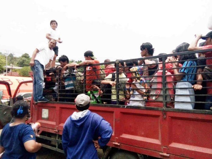 Caption : Suasana pemberangkatan pengungsi dari Posko di Tongkonan menuju pelabuhan Jayapura, Rabu (09/10/2019).