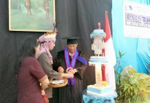 Caption : Rektor ISBI Papua I Wayan Rai, saat memotong Kue Ulang Tahun ISBI Papua ke-V di Aula ISBI Papua, Kamis (10/10/2019)