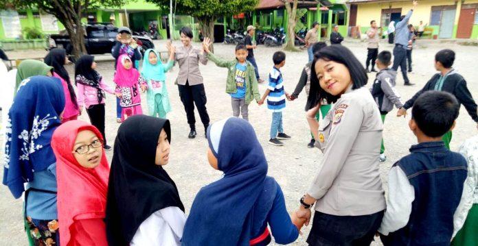 Personil Polda Papua bersama relawan saat memberi dukungan kesehatan mental dan psikologis kepada siswa-siswi SD Yapis Wamena