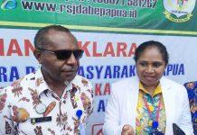 Caption : Plt.Direktur Rumah Sakit Jiwa Daerah Abepura, dr.Anton T. Mote didampingi Komite Medik RSJD Abepura, dr. Idawati Waromi, SpKJ, saat memberikan keterangan pers di RSJD Abepura