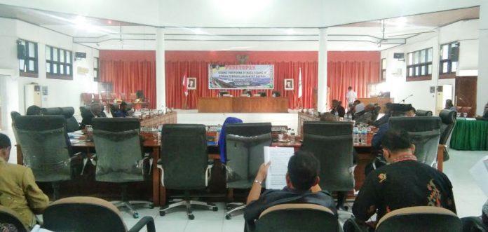 Caption : Suasana saat berlangsungnya sidang, di ruang dprd Kabupaten Jayapura, Jum'at (11/10/2019) siang. Foto : Tinus Yigibalom/PapuaSatu.com