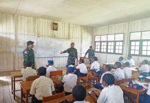 Caption : Satgas Yonif 509 Kostrad saat mengajarkan wawasan kebangsaan kepada pelajar SMPN Abmisibol Distrik Okbibab, Selasa (15/10/2019).