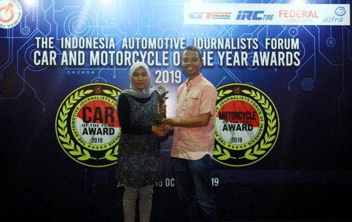Indra Prabowo selaku Ketua Umum Forum Wartawan Otomotif Indonesia secara langsung menyerahkan thropy kepada pemenang FORWOT Motorcycle of The Year 2019, yakni Honda ADV150 dan diterima oleh Rina Listiani selaku PR Manager PT Astra Honda Motor (AHM).(foto/ist)