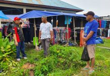Bupati Keerom Muh Markum (kiri) didampingi Kepala Pasar Arso II, Alimuddin saat meninjau langsung Pasar Penunjang Arso II, Kampung Yuwanaian, Distrik Arso, Kab Keerom, Minggu (13/10).