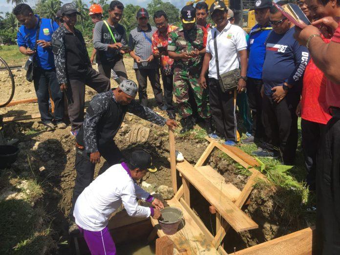 Bupati Keerom Muh Markum saat meletakkan Batu pertama pembangunan Pasar Penunjang Arso II, Kampung Yuwanain, Distrik Arso, Kab Keerom, Jumat ( 18/10).