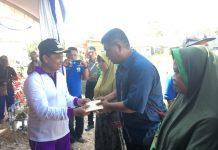 Bupati Keerom MUH Markum, SH.MH.MM saat menyerahkan bantuan kepada korban kebakaran warga Arso II, Jumat (18/10).