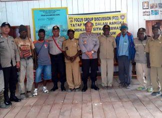 Foto bersama usai tatap muka Kasat Binmas Polres Paniai Iptu H. Mansur, SE bersama Kepala Kampung Kopo dan masyarakat Kampung Kopo, Distrik Pantim, Kabupaten Paniai, Minggu (20/10/19).