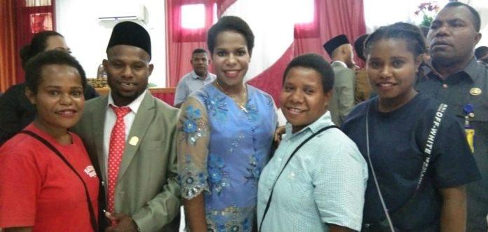 Caption : Kilion Kogoya saat foto bersama keluarganya usai di lantik menjadi anggota DPRD Kabupaten Jayapura. Foto : Tinus Yigibalom/PapuaSatu.com