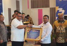 Kepala BAPPEDA Provinsi Papua Muhammad Musa'ad saat menyerahkan penghargaan dari Kementerian Keuangan Republik Indonesia kepada Bupati Keerom Muh. Markum, hasil dari raihan Oini WTP yang diperoleh Pemkab Keerom.