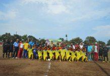 Caption : Foto bersama Dandim 1707/Merauke dan Bupati Merauke beserta para pemain pesepak bola di Lapangan Sepak Bola Makodim 1707/Merauke, pada Senin (28/10/2019).