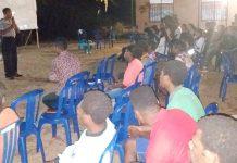 Kanit Binmas Polsek Onggaya Aiptu Joni Tuwing, S.Sos beserta anggotanya saat memberikan pesan-pesan Kamtibmas dan kampanye penerimaan Polri, di Gereja Ebenhaizer Tomer Merauke, Kamis (31/10/2019) malam