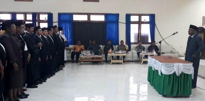 Bupati Jayapura, Mathius Awoitauw saat melantik 203 kepala sekolah di Aula Lantai ll Kantor Bupati Jayapura Gunung Merah Sentani, Jumat (11/10/2019) pagi. (Foto : Ist)