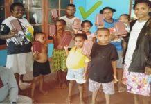 Masyarakat Papua yang telah menerima suplemen Purtier Placenta secara gratis dari KPA Provinsi Papua