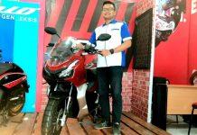 Aditiya Pratama Saputra, Area Sales Supervisor & Corcom Astra Motor Papua saat menunjukkan Honda ADV yang didisplay di Kantor Astra Motor Papua, Senin (11/11/10).