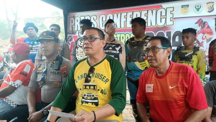 Ketua Panitia AG Grasstrack (tengah) saat memberikan keterangan pers di sirkuit I0F Papua Kamis (14/11) sore.