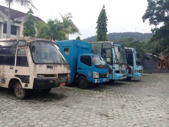CAPTION :Puluhan bus yang sudah tidak berfungsi terparkir di depan Gedung C Kompleks Perkantoran Bupati Jayapura, Gunung Merah, Sentani.