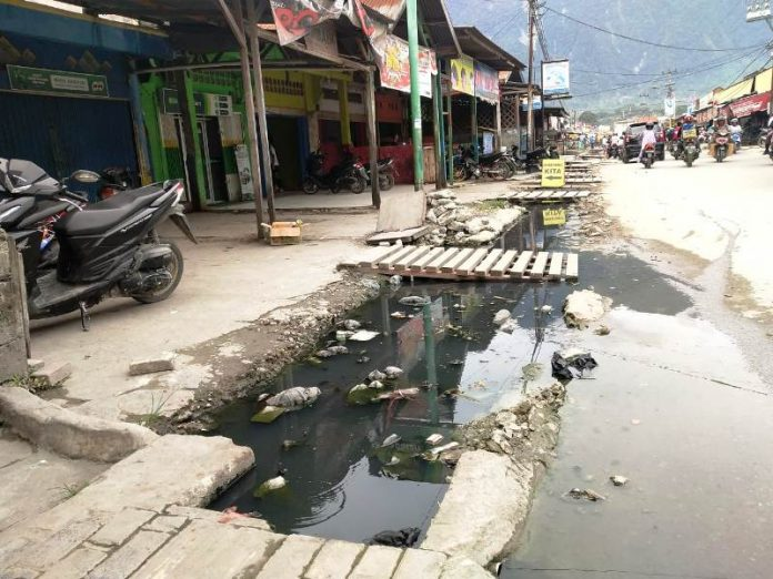 Caption: Drainase yang tidak mampu menampung air menyebabkan rawan banjir.