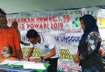 Caption : Kepala Bidang Kepesertaan BPJS Ketenagakerjaan cabang Papua, Nasrul Umar didampingi Direktur RSUD Yowari, Petronella Risamasu saat menandatangani surat kerja sama, di halaman RSUD Youari, Jum'at (15/11/2019) pagi. Foto : Tinus Yigibalom/PapuaSatu.co