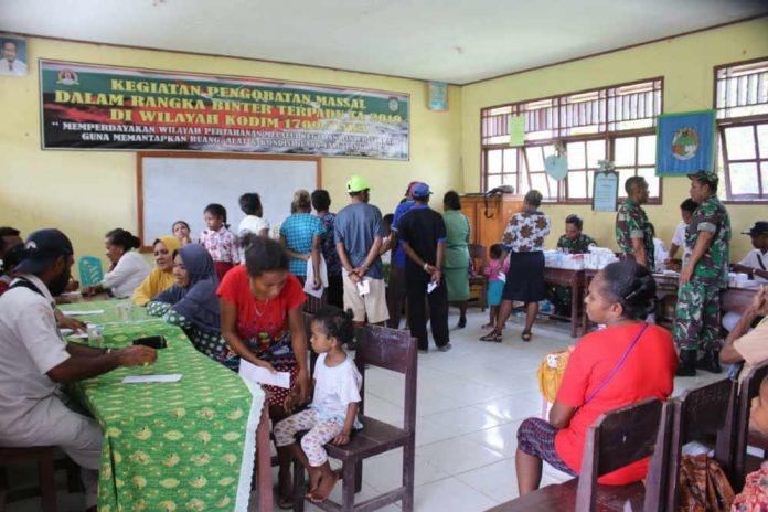 Caption : Suasana pengobatan massal oleh Kodim 1709/Yawa, di Gedung SMP YPK Urei Faisei Kabupaten Waropen, Kamis (076/11/2019).