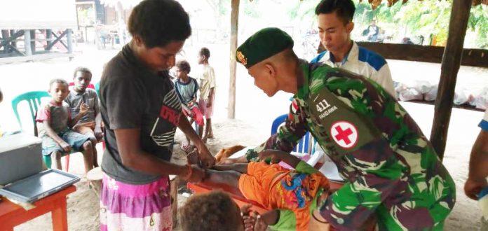 Caption : Satgas Yonif MR 411/PDW bersama Puskesmas Sota, saat melaksanakan kegiatan Posyandu bulanan dan layanan kesehatan bagi warga Perbatasan RI-PNG di RT 03 Yakyu, Minggu (10/11/2019).
