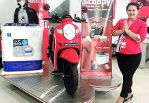 SPG Astra Motor Entrop saat menunjukkan promo Honda Scoopy berhadiah mesin cuci, handphone dan voucher belanja