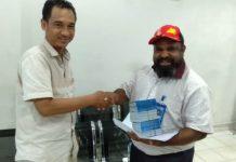 Caption : Koordinator Devisi SDM Ony Berni Pagawak, saat menerima Buku Tabungan Dari Bank BRI Waena, Rabu (13/11/2019). Buku Tabungan ini siap untuk dibagikan kepada 2000 relawan, pada hari Senin (18/11/2019).