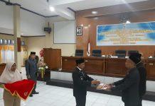 Bupati Keerom MUH Markum, SH.MH.MM saat menyerahkan Materi Nota keuangan kepada Ketua DPRD Keerom Bambang Mujiono, SE pada pembukaan Sidang Paripurna DPRD Kab keerom Tahun 2020 diruang Sidang DPRD Keerom, Senin (15/11).
