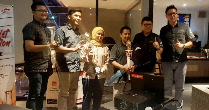 Pemenang Jourlaist Competition Astra Motor 2019 saat berfoto bersama manajemen Astra Motor Papua, di Hotel Fame Jayapura, Jumat (29/11/19)