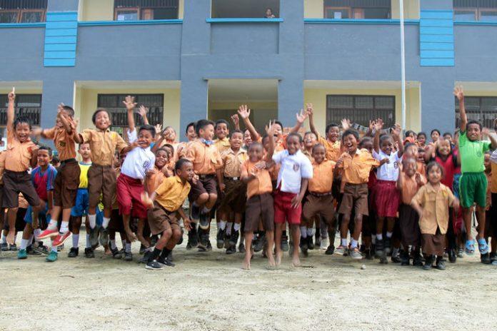 Caption : Keceriaan anak sekolah daar di salah satu sekolah di Kota Sentani. Foto: Istimewah/PapuaSatu.com
