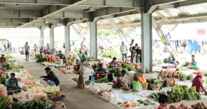 Situasi pasar Pharaa Sentani dengan aktifitas jual beli oleh masyarakat dan pedagang.