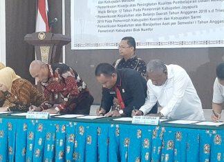 Walikota Jayapura, DR. Drs. Benhur Tomi Mano,MM (tengah) bersama-sama para bupati dan unsure pimpinan dewan saat menandatangani berita acara penyerahan LHP BPK RI Perwakilan Papua, Selasa (10/12/19).
