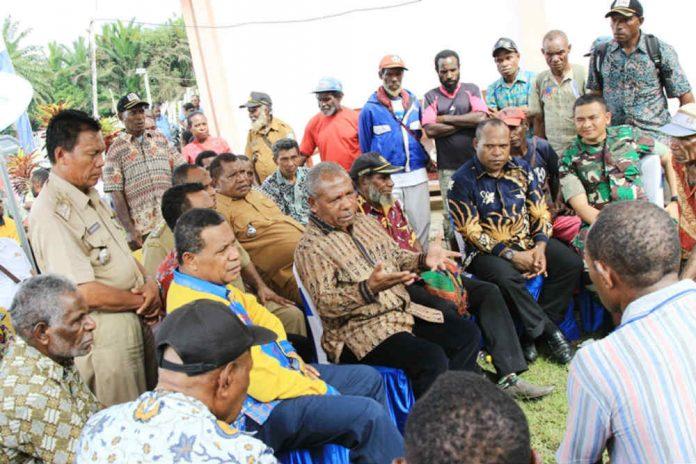 Caption : Bupati Jayapura saat berduiskusi dengan masyarakat di Kampung Lapua. Foto : Kominfo/PapuaSatu.com