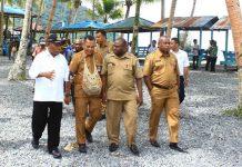 Caption : Bupati Jayapura saat berkunjung ke kampung Wisata Tablanusu. Foto : Kominfo/PapuaSatu.com