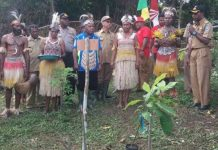 Caption : Bupati Jayapura saat mengunjungi lahan kakao di kampung klaisu Distrik Kemtuk. Foto : Kominfo/PapuaSatu.com