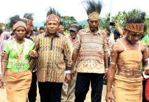 Bupati Jayapura, Mathius Awoitauw saat dijemput oleh masyarakat adat di kampung Lapua Distrik Kaureh. Foto : Kominfo Jayapura/PapuaSatu.com