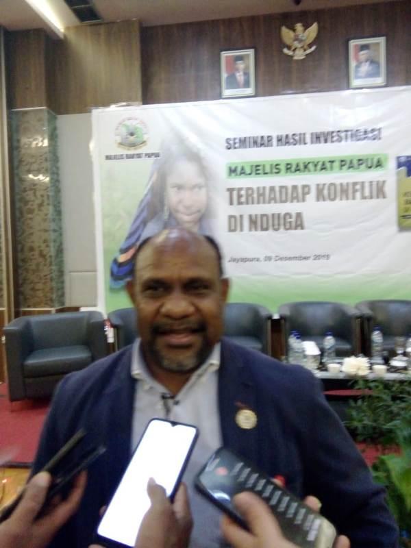 CAPTION: Ketua MRP, Timotius Murib saat diwawancarai usai seminar. (Sony
